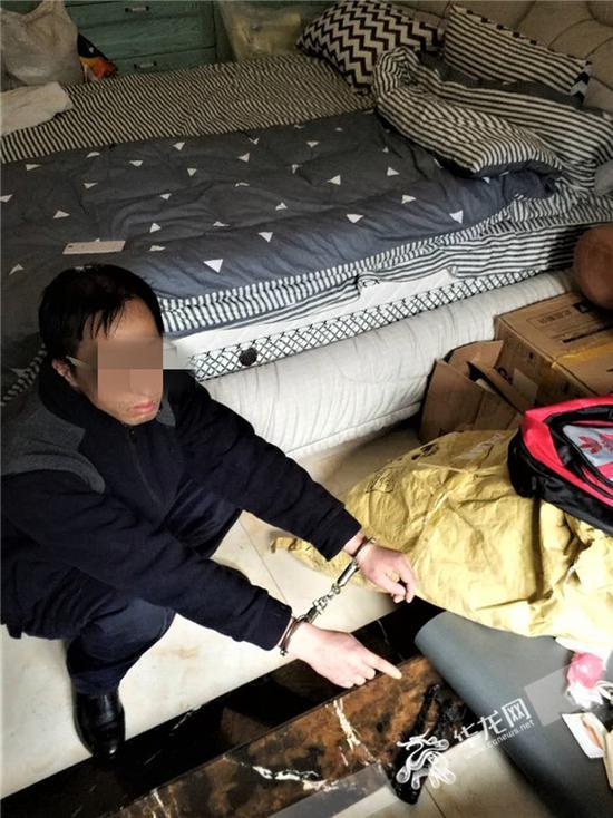 犯罪嫌疑人对现场进行指认。沙坪坝警方供图 华龙网发