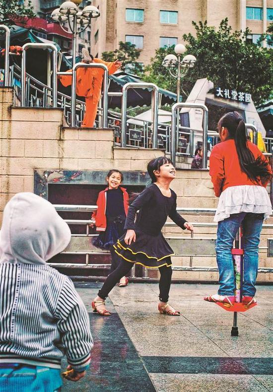 人民广场,玩耍的孩子。