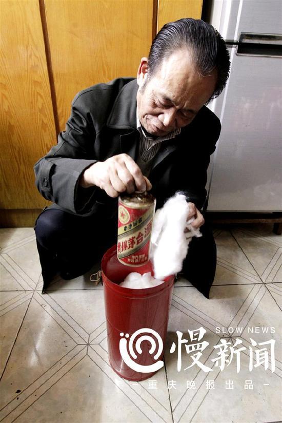 △王小东小心翼翼地收藏多年的茅台酒