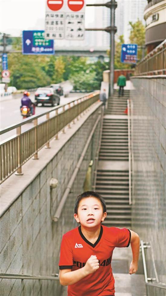 沙坪坝杨公桥立交,奔跑的孩子。许飞 摄