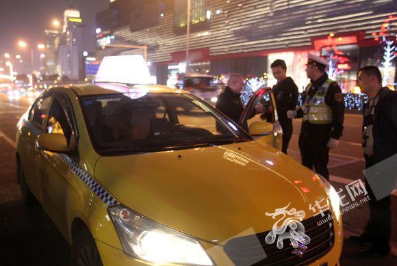 交通执法队员开展夜间出租车专项整治行动。记者 刘艳 摄