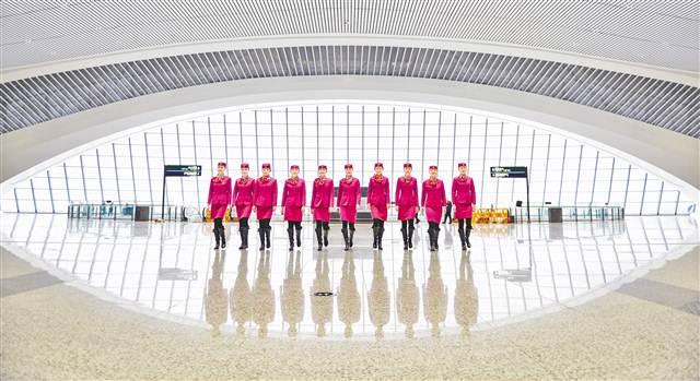"""一月十六日,重庆西站,十名渝贵高铁首发值乘""""动妹儿""""亮相。"""