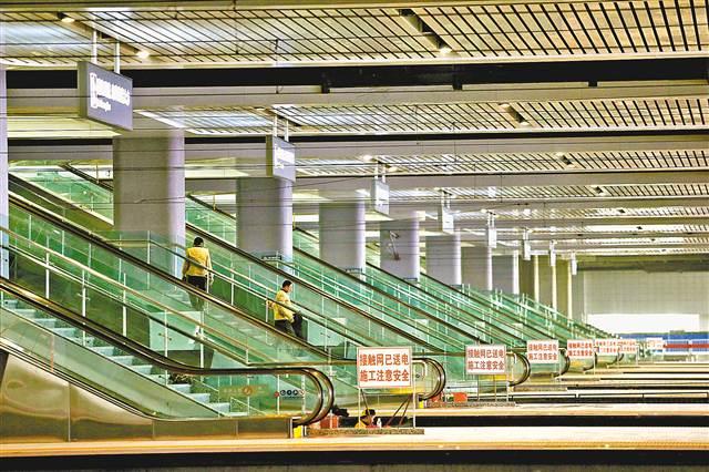 从站厅到站台设有扶梯。