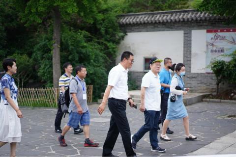 采风团一行人游览蓬莱阁 重庆市文旅委供图