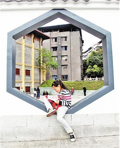 白市驿中心街,街边看书的小女孩。 上游新闻记者 高科 摄