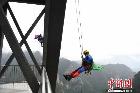 """""""蜘蛛侠""""挑战重庆222米悬崖观光电梯"""