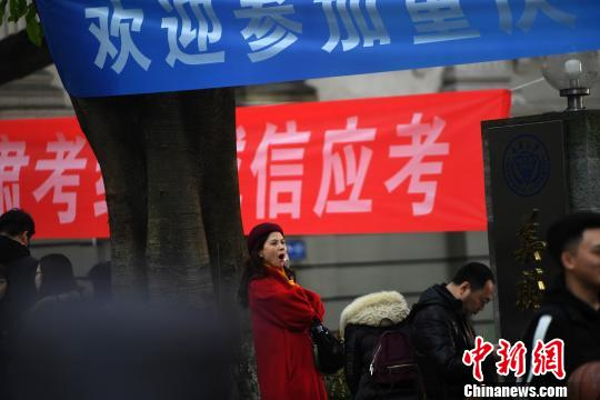 """重庆考生寒风中""""迎战""""艺考"""