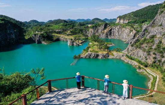 8月17日,游客在重庆铜锣山矿山公园游览(无人机照片)。新华社记者 王全超 摄