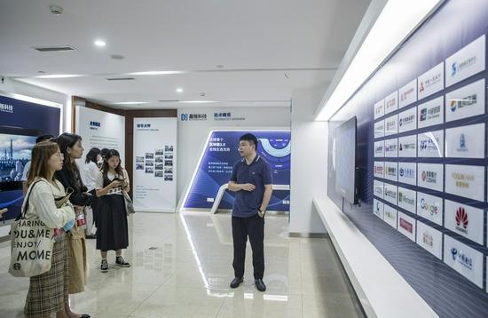媒体参观采访重庆市区块链数字经济产业园入驻企业
