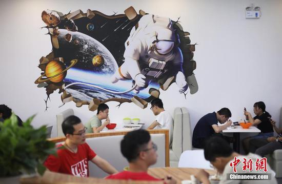 """高校推出""""高颜值""""食堂 师生""""太空""""中用餐"""