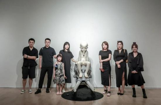 艺术家胡有辰(左3)与ArtDepot艺术仓库运营总监陶赛舟(右1)