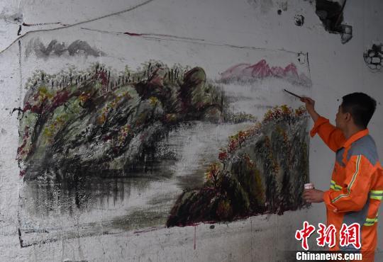 """重庆环卫工人墙壁作画 """"牛皮癣""""变风景"""