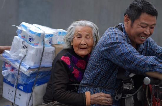 尽孝谋生两不误 53岁货郎驮92岁老母亲工作