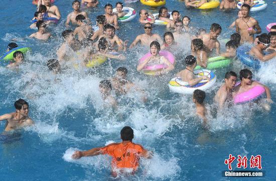 """重庆进入高温""""烘烤""""模式 水上乐园游客""""打拥堂"""""""