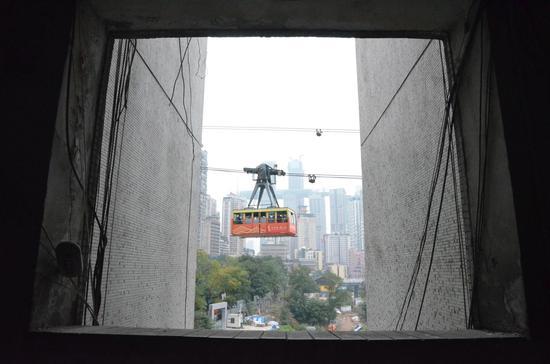 """网友解锁长江索道打卡新姿势 飞窗""""小巴士""""这样拍更美"""