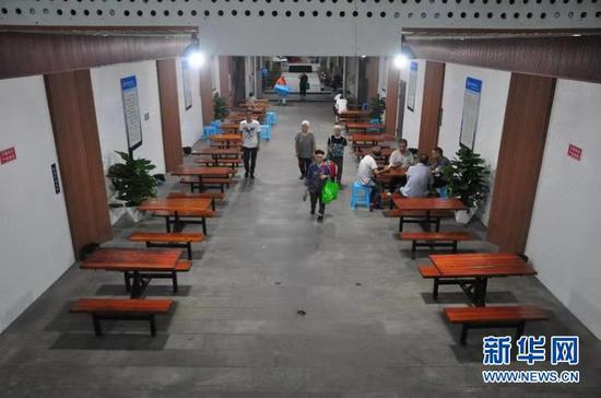 渝北区大龙山人防纳凉点成为了附近居民休闲娱乐的活动场所。新华网发(黄嫣然 摄)