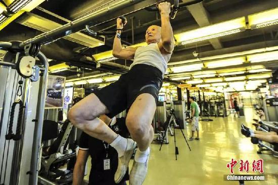 96岁老人坚持健身26年 引体向上不在话下