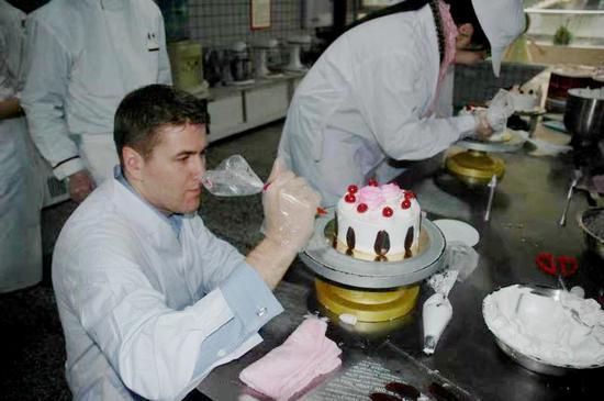 外国友人学做蛋糕,华生园供图。