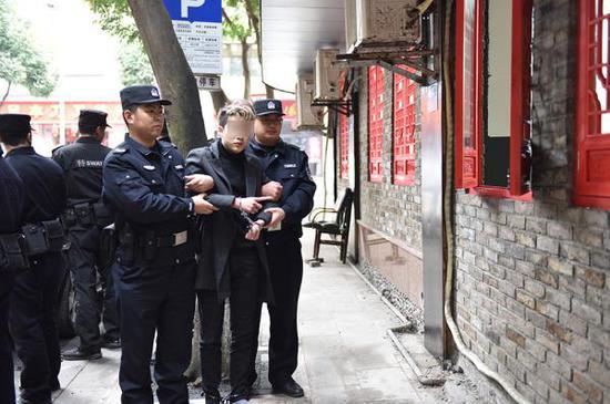 嫌疑人指认现场。大足区公安局供图