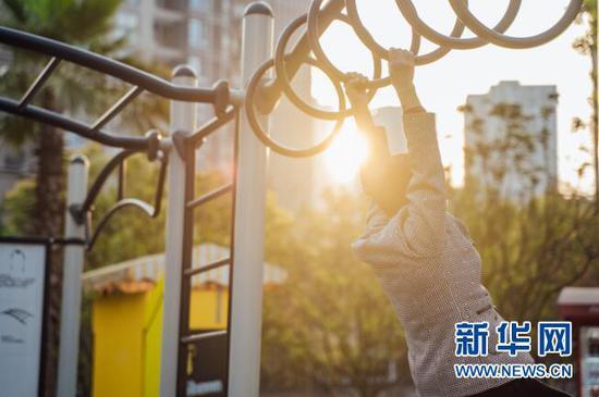 图为市民在大渡口区心湖北体育文化公园进行锻炼。新华网 发(重庆市规划和自然资源局供图)