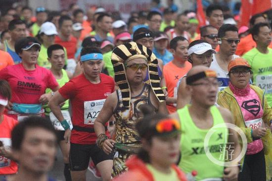 重庆马拉松选手奇葩造型夺目吸睛 吸引众多群众围观
