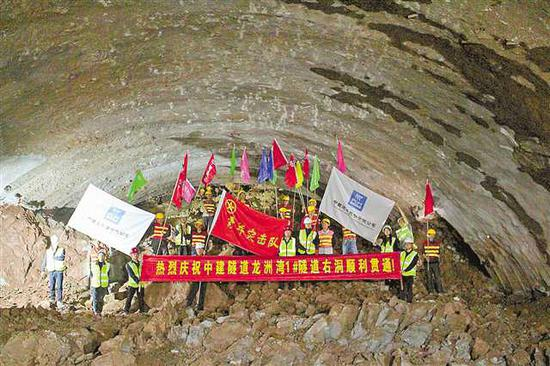 3月27日上午,龙洲湾1号隧道右线顺利贯通