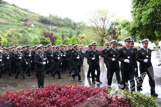 重庆交通执法队员肖梁川的追悼会在梁平区殡仪馆举行。市交通行政执法总队供图 华龙网发