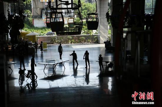 """重庆索道""""穿楼而过""""吸引游客"""