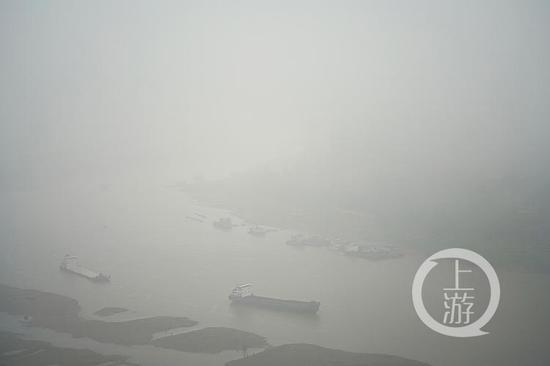 雨雾罩山城 烟雨缥缈宛若仙境