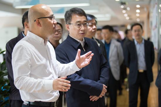 西部创意产业发展中心副理事长赵定位向刘智副书记汇报情况