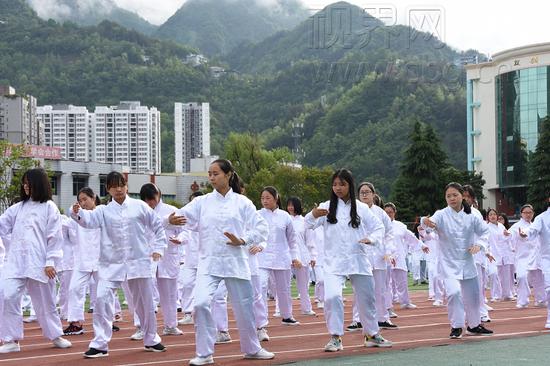 重庆一中学千人打太极 场面壮观