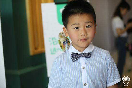 """7岁小男孩携鹦鹉参赛 直呼鹦鹉学舌有点""""傻"""""""