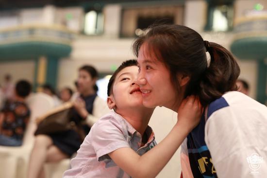 《我来说》暖心母亲节:妈妈现场同时收获两个吻