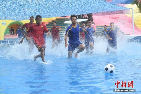 """重庆举行水上足球赛迎接""""世界杯"""""""