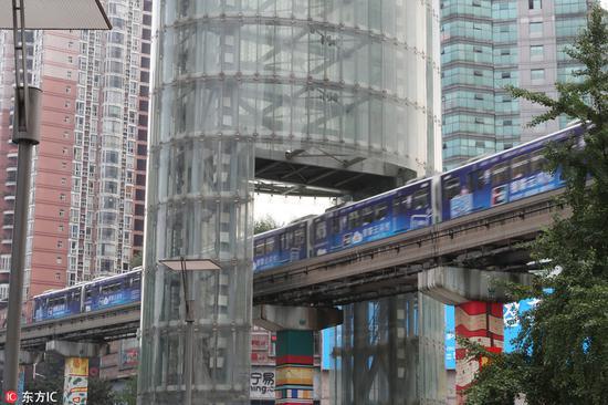 """重庆:轻轨穿塔而过成""""网红"""" 拆除后奇特景象将消失"""