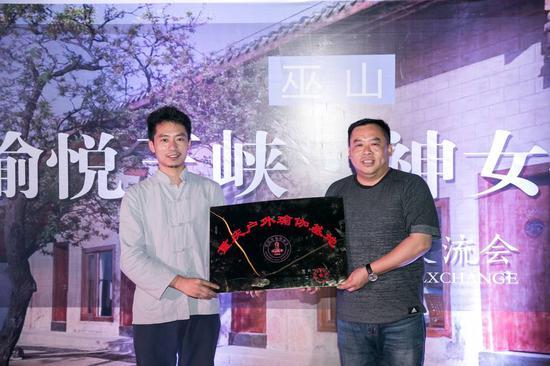 重庆市瑜伽协会副会长龙泽金向巫山旅发集团营销部李灯授牌