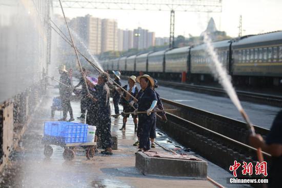 重庆高温红色预警 铁路职工战酷暑保暑运