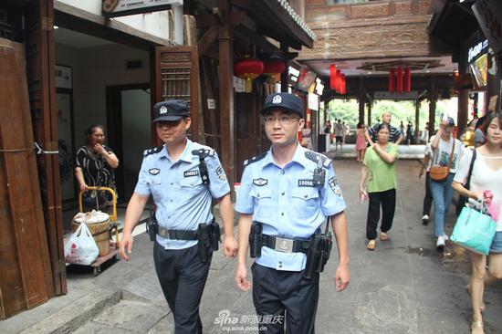 """40℃高温下的重庆 渝中区民警接受""""烤""""验(图)"""