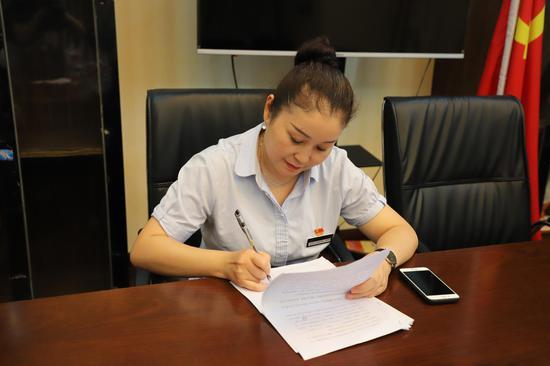 景区营销部部长杨雪雁正在介绍相关情况