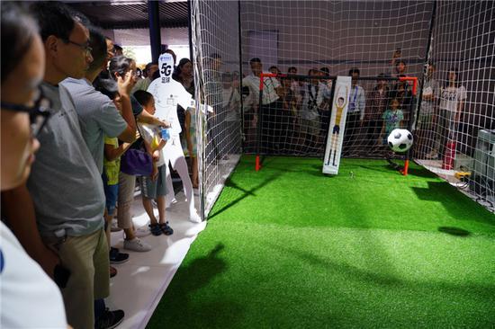 市民体验高科技新产品 智博会上玩嗨了