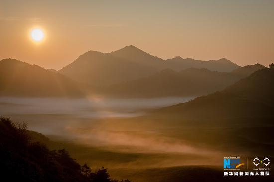 无人机航拍红池坝晨曦 薄雾轻罩骏马欢腾
