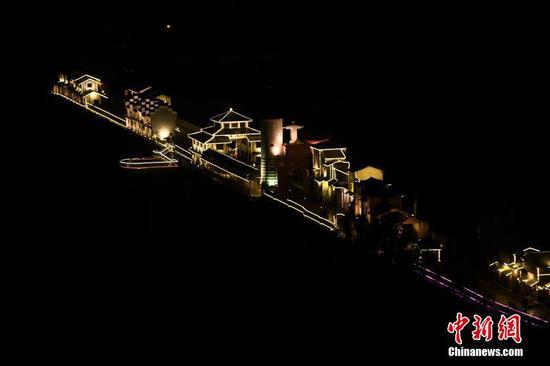 重庆梨香溪廊桥正式亮灯 中西结合充满童话色彩