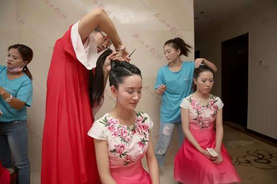 啦啦队的女孩们开始化妆,迎接录制