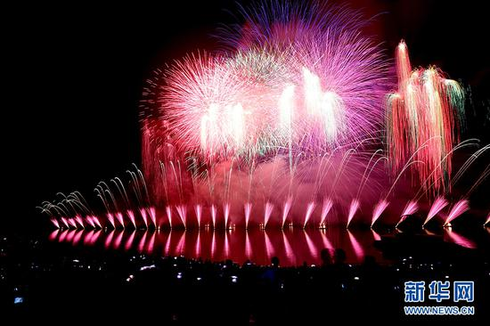 梦幻璀璨夜 长寿湖举行水上焰火表演