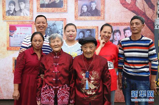 """重庆40对金婚夫妇在木洞河街""""秀恩爱"""""""