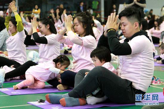 重庆千人同练亲子瑜伽 挑战世界纪录