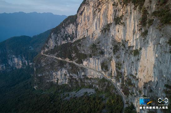"""航拍重庆""""悬崖天路"""" 一侧便是悬崖峭壁(图)"""