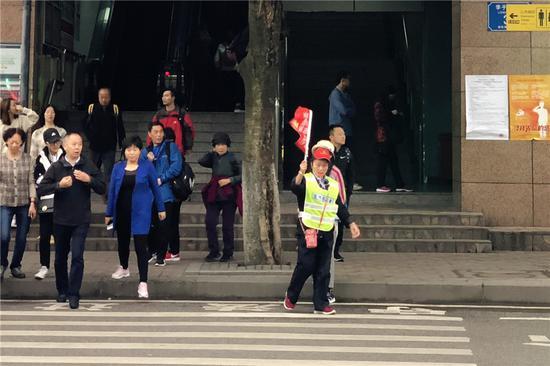 实力宠游客 李子坝轻轨站前加装人行红绿灯