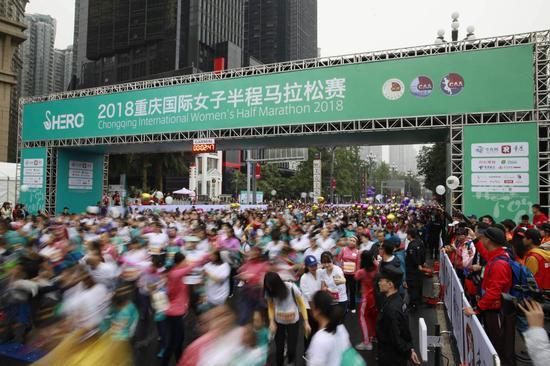 2018重庆女子半马南滨路开跑 这些精彩不能错过