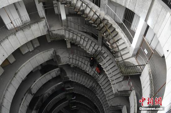 重庆再添新景观 公交车穿8层空心圆筒楼